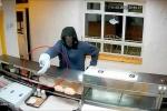 Clip: Cầm quả chuối giả làm súng đi cướp cửa hàng và cái kết 'đắng'