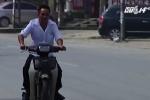 Video: Đầu không mũ bảo hiểm, quay đầu bỏ chạy khi thấy CSGT