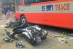 Xe buýt đâm hàng loạt xe máy, cán chết một cán bộ đứng bên đường