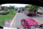 Clip: Ô tô 4 chỗ chạy ẩu tạt đầu xe tải, tài xế còn xuống xe 'ăn vạ'