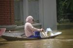Video: Dân vùng rốn lũ tại Hà Nội ăn ở trên thuyền chờ nước rút