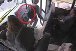 Clip: Nữ tài xế xe buýt nhanh trí cứu mạng nam sinh trong tích tắc