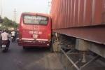 Sau va chạm, xe buýt rượt đuổi container trên phố Sài Gòn