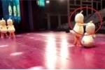 Clip: Quên động tác khi biểu diễn trên sân khấu và phản ứng hài té ghế của đồng đội