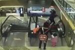 Video: Bà vô ý đánh rơi cháu khỏi thang máy, em bé chết thương tâm