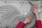 Chen chúc sờ tượng cầu may trong lễ hội đầu năm ở châu Á