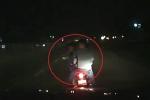 Clip: 3 thanh niên đầu trần đi xe máy đánh võng, hăm dọa ô tô trên quốc lộ
