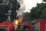 Cháy dữ dội gần cây xăng chợ Đền Lừ, cột khói đen bao trùm bầu trời