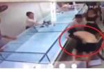 Clip: Thanh niên ngáo đá xông vào cướp 3 khay nhẫn cưới, bị đánh nằm bẹp xuống sàn