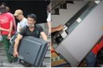 Ảnh: Cư dân chung cư Carina khom lưng cõng tài sản đến chỗ ở tạm