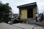 Video: Kinh hãi đê sụt lún, hố sâu gần 7m 'nuốt' trọn nhà dân tại Hà Nội