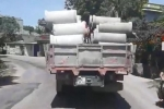 Clip: Xe tải chở hàng chục ống cống không chằng dây, chạy kiểu 'giết người' trên phố