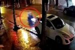 Clip: Xe máy phóng như tên bắn, đâm sầm đuôi ô tô đỗ ven đường