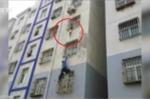 Tay không leo tòa nhà cao tầng, cứu em bé vắt vẻo ngoài cửa sổ