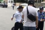 Clip: Sau va chạm giao thông, tài xế taxi cầm côn đánh người đàn ông Nhật