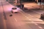 Video: Vợ đánh rơi chồng say rượu khỏi xe mà không biết