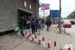 Lắp Barie ngăn xe máy tràn lên vỉa hè ở Hà Nội: Người đi bộ nói gì?