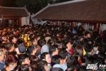 Nửa đêm chen lấn, xô đẩy vào đền Trần dâng lễ cầu lộc