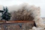 Trực tiếp bão số 10: Bão đang quần thảo dữ dội Hà Tĩnh - Quảng Bình