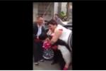 Clip: Chú rể cõng cô dâu 'bé bỏng' gây sốt cộng đồng mạng