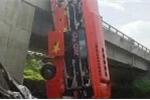 Quảng Bình: Xe khách mất lái đâm gãy lan can cầu, cắm đầu xuống đất