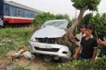 Clip: Khoảnh khắc tàu hỏa húc bay xe ô tô 7 chỗ, tài xế thoát chết thần kỳ