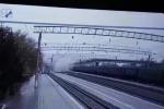 Video: Cầu đường bộ đổ sập ngay phía trên đường ray ở Nga