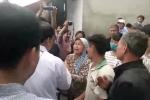 Người dân Đồng Tâm xúc động, đưa Chủ tịch Chung tới nhà văn hóa thôn Hoành