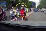 Clip: Nữ 'ninja Vespa' chạy lấn làn, bị tài xế ô tô ép lùi trên phố Hà Nội