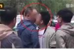 Clip: Cãi vã trên phố, người đàn ông khóa miệng đối phương bằng... 1 nụ hôn