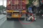 Nữ 'ninja Lead' ngã văng, thoát chết ngoạn mục trước đầu container