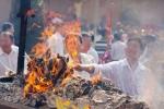 Chuyên gia Hán Nôm: 'Đốt vàng mã vô tội vạ vì mê muội cuồng tín, ganh đua'