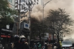 Cửa hàng bán đồ gia dụng giữa phố Hà Nội bốc cháy ngùn ngụt