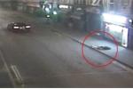 Video: Tài xế phóng như điên, đâm người đi bộ văng 20 m rồi bỏ trốn