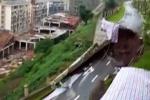 Video: Cả đoạn đường sụt lún, tường và cây cối xung quanh đổ rạp