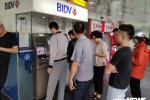 Rút tiền ngày cận Tết: Khách hàng xếp hàng dài chờ đợi, nhiều điểm ATM liên tục bị lỗi