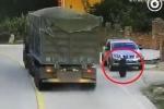 Clip: SUV đen đủi bị 2 lốp xe tải hủy diệt liên hoàn trong tích tắc
