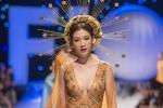 Hoa hậu Phí Thùy Linh khoe ngực táo bạo trên sàn catwalk