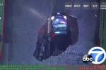 Clip: Hố tử thần khổng lồ đột ngột há miệng, nuốt chửng 2 ôtô trên phố