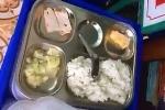 Thăm con giữa trưa, phụ huynh phẫn nộ khi phát hiện suất ăn quá đạm bạc