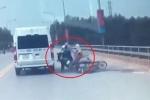 Clip: Thanh niên rẽ ngang khiến 2 người đi xe máy ngã văng vào bánh ô tô