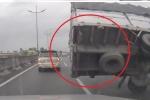 Clip: Xe tải nổ lốp, lật thảm khốc trên cao tốc như phim hành động