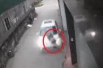 Clip: Taxi 'điên' vọt ga, hất tung cô gái đi bộ trong ngõ