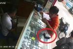 Clip: Người đứng cạnh quên ví, thanh niên nổi lòng tham trộm luôn