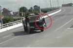 Clip: Xe tải ngang nhiên quay đầu dưới chân cầu, gây họa cho xe máy