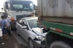 Ô tô con kẹp giữa xe bồn và xe đầu kéo, thai phụ may mắn thoát chết