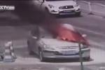 Ôtô đột nhiên bốc cháy ngùn ngụt giữa trời nắng nóng