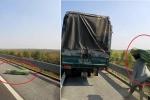 Clip: Ô tô con nhặt hàng đánh rơi giúp xe tải trên cao tốc Hà Nội - Hải Phòng