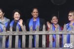 Phu nhân các lãnh đạo APEC đứng trên Chùa Cầu, vẫy tay chào dân Hội An
