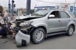 Tài xế ô tô cố thủ trong xe sau khi tông nhiều xe máy dừng đèn đỏ